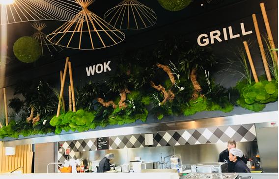 Bonzais竹で安定させた植物を持つ緑の壁レストランSir Lam
