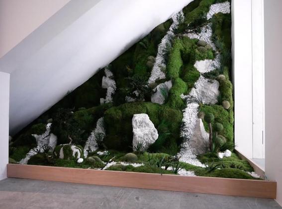 室内工房SMegèveのための日本の階段の下の植生装飾