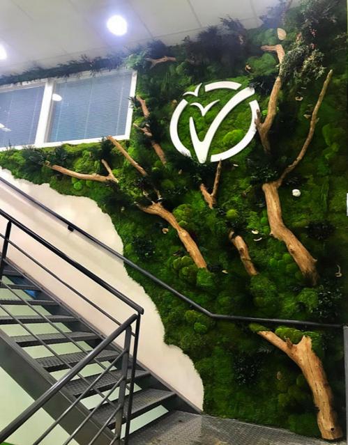 The Green Wallによって挿入された会社のロゴの付いた緑の壁